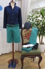 Camisa azul marina, bermuda verde, cinturón, calzado by Fyord